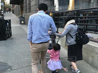 通りを歩いている家族の写真・画像素材[2176460]