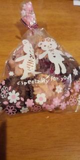 木製のテーブルの上の手作りチョコレートの袋入りの写真・画像素材[2958794]