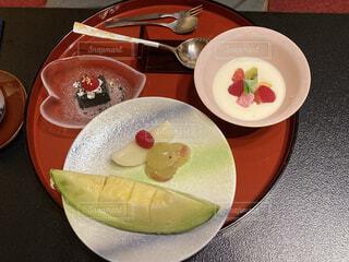 テーブルの上の皿の上のデザートの写真・画像素材[3757599]