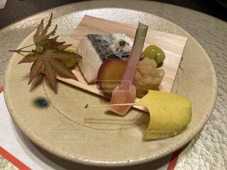 焼き魚の皿をテーブルの上に置くの写真・画像素材[3757604]