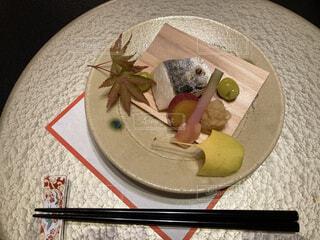 サワラの焼き魚の皿をテーブルの上に置くの写真・画像素材[3757600]