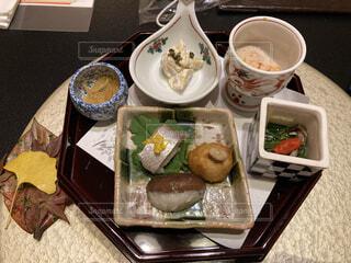 食べ物の皿をテーブルの上に置くの写真・画像素材[3757597]