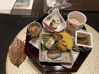 食べ物の皿をテーブルの上に置くの写真・画像素材[3757598]