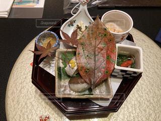 テーブルの上に異なる種類の食べ物が詰まったお皿の写真・画像素材[3757601]