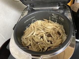 炊飯器の中の炊き立て松茸ご飯の写真・画像素材[3788586]