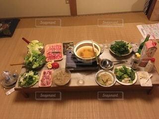 テーブル一杯の食材とお鍋の写真・画像素材[3960188]