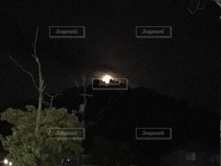 山から出た月の写真・画像素材[3960897]