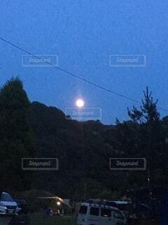 キャンプ場の月の写真・画像素材[3960899]