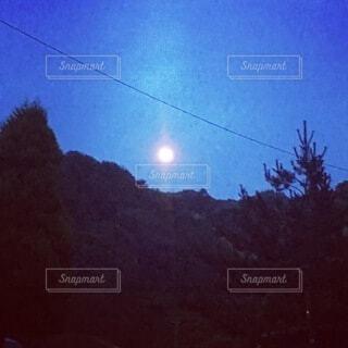 キャンプ場の月の写真・画像素材[3960898]