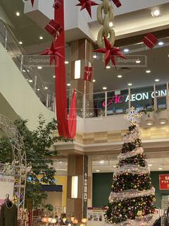 店内のクリスマスツリーの写真・画像素材[3964948]