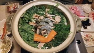 ニンジンの葉っぱと春菊いっぱいのお鍋の写真・画像素材[3969741]