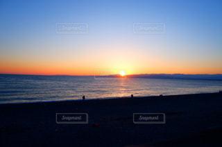 水の体に沈む夕日の写真・画像素材[1866983]
