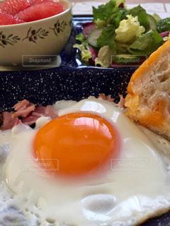 食事,朝食,黄色,鮮やか,美味しそう,目玉焼き,朝,卵,おいしそう,朝ごはん,おいしい,美味しい,モーニング,イエロー,玉子,カラー,color,黄,ブランチ,morning,黄身,yellow,多彩,目玉焼,ルーティーン,習慣,brunch,モーニングルーティーン