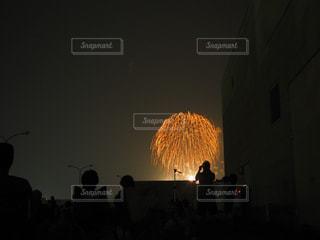 花火と人物のシルエットの写真・画像素材[1876420]