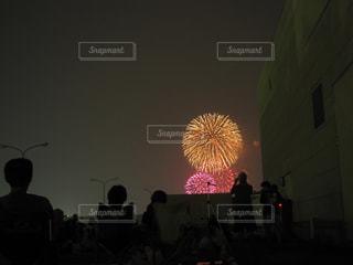 花火と花火を見る人々の写真・画像素材[1876423]