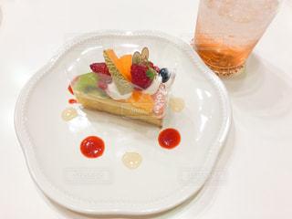 フルーツカスタードケーキとドリンクの写真・画像素材[1884243]