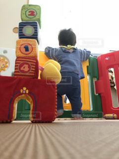 赤ちゃんのつかまり立ちの写真・画像素材[2165278]