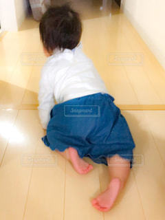 赤ちゃんの後ろ姿の写真・画像素材[2167490]