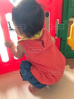 赤いいすの若い男の子の写真・画像素材[2168396]