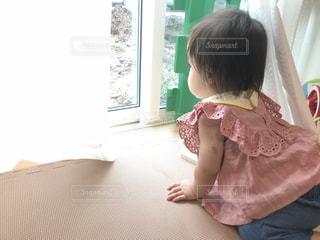 外を見つめる女の子の写真・画像素材[2826276]