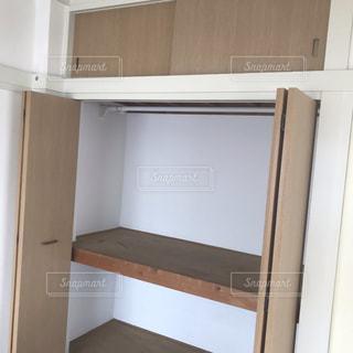 ドアを開けると冷蔵庫の写真・画像素材[1868561]