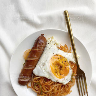 フォーク付きの食べ物の皿の写真・画像素材[2498922]