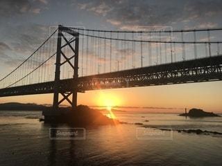 水の体の上を橋を渡る列車の写真・画像素材[1862630]