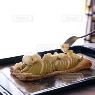 大きなアップルパイにバニラアイスをトッピングの写真・画像素材[2017049]