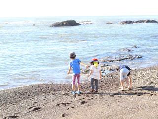 海辺の3人の子ども達の写真・画像素材[2328732]