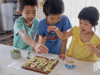 ケーキを切る少年の写真・画像素材[2703559]