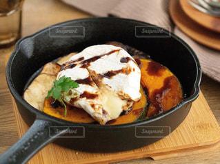スキレットとグリル野菜とチーズの写真・画像素材[2841583]