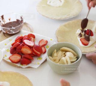 楽しいテーブルクッキング。フルーツとチョコとクレープの写真・画像素材[2841584]
