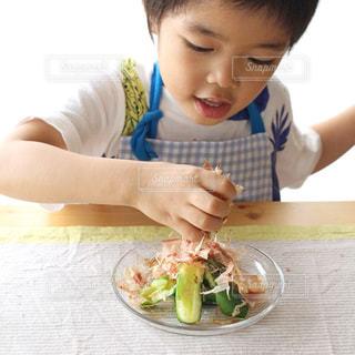 料理をしている小さな男の子の写真・画像素材[2848680]
