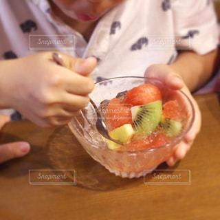 フルーツゼリーを食べる子どもの写真・画像素材[3150178]