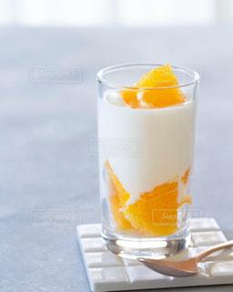 オレンジとヨーグルトの写真・画像素材[3172087]