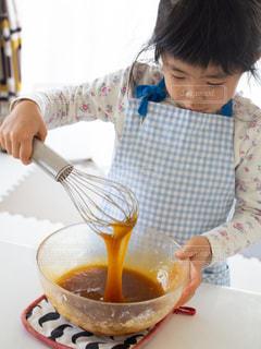 お菓子作りをしている女の子の写真・画像素材[3211874]