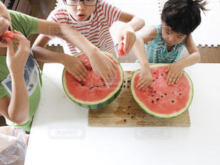 スイカを食べる子ども達の写真・画像素材[3552039]