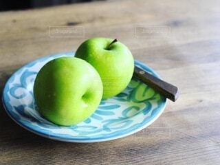 テーブルの上の青リンゴの写真・画像素材[4415427]