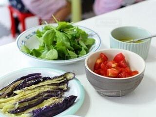 テーブルの上の夏野菜の写真・画像素材[4659066]