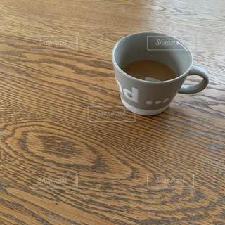 テーブルの上のコーヒー カップの写真・画像素材[1870773]