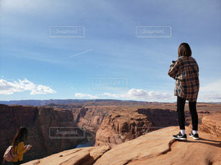 女性,20代,自然,風景,空,屋外,青,後ろ姿,川,女,女の子,岩,人物,背中,人,後姿,スニーカー,チェックシャツ,二十代