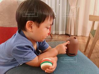 clova miniを触ってる男の子の写真・画像素材[1320767]