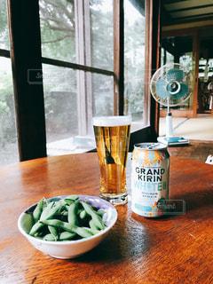 縁側でビールと枝豆と扇風機。の写真・画像素材[1327351]