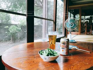 縁側でビールと枝豆の写真・画像素材[1328742]