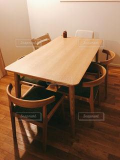 ダイニング ルームのテーブルの写真・画像素材[1353348]