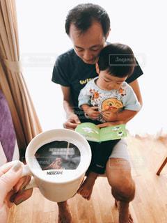 テーブルに座っている小さな子供の写真・画像素材[1478015]
