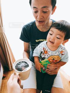 赤ん坊を持っている人の写真・画像素材[1478022]