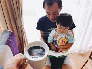 赤ん坊を持っている人の写真・画像素材[1478045]