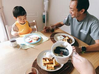 朝ごはんを食べてる親子の写真・画像素材[1481940]