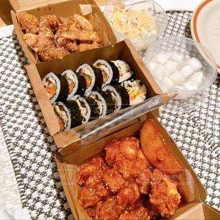 食べ物,飲み物,食事,家,ランチョンマット,肉,料理,おいしい,出前,韓国料理,宅配,テイクアウト,キンパ,デリバリー,お持ち帰り,コリアンチキン